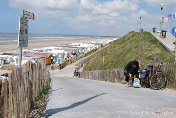 Strandopgang Zandvoort met vloerplaten gebezemd