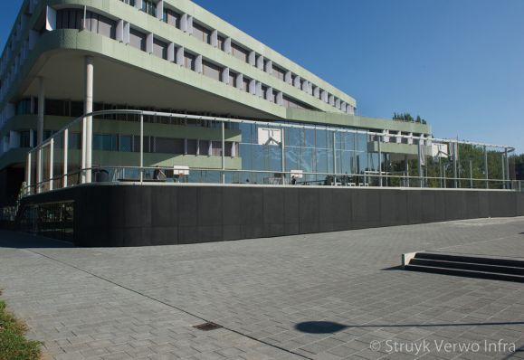 Breccia 30x30 antra 620|St. Nicolaas Lyceum Amsterdam|inrichting schoolplein|trottoirtegels