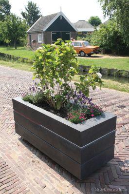 Betonnen bloembak op straat|Avenue bloembak|Monnickendam