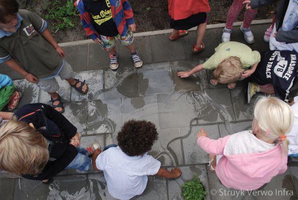 Spelen op het schoolplein met water|natuurlijk spelen|speelelementen schoolpleinen