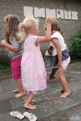 Op het schoolplein spelen met water