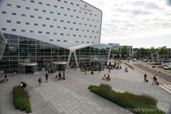 bestrating op boulevard|Eindhoven airport|strokenpatroon bestrating|kleurvaste bestrating
