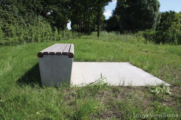 Zitelement aan de fietssnelweg|parkbank beton|zitbanken beton|buitenmeubilair