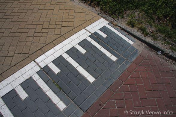 Verkeersplateau met straatsteenmotief en witte belijning