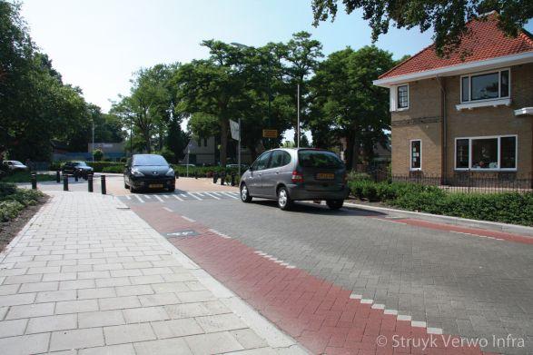 Hoofdweg met fietsstrook|Stille bestrating