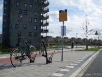 Busperron naast fietspad