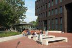 Zitbanken van beton op schoolplein