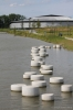 Betonnen sierpoef in water|ronde poef