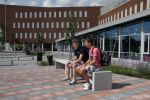 Betonnen zitbanken op een schoolplein|parkbank|buitenmeubilair beton|parkmeubilair