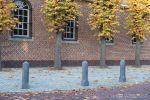 Nostalgische sierpaal rondom kapel|anti-parkeer element beton