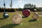 Speelterrein Lage Korn met betonnen appels|betonnen speelelement