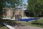 Betonnen banken rondom voetbalpleintje|Schout Heinrichplein Rotterdam|parkbanden beton|keerelementen beton