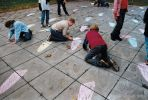 Floating pebbles 60x60|spelende kinderen op een schoolplein met krijt|betontegels schoolpleinen