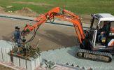 Machinaal verwerken van betonstraatstenen met klem