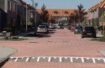 Betonnen drempels in verhoogd gelijkwaardig kruispunt in woonwijk