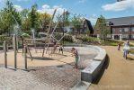 Betonnen banden langs speeltuin in Weverspark Helmond