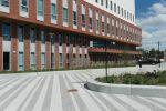 Breccia bestrating in strokenverband rondom Zaans Medisch Centrum
