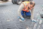 Machinaal verleggen van betonstraatstenen