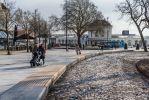 Parkbanden van beton met houten zitting toegepast in Stationsgebied