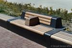 Houten armsteun op betonnen bank|betonnen bank met hout