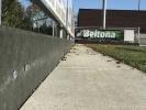 Slagplank tegen verspreiding rubber korrels rondom kunstgrasveld