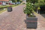 Bloembakken van beton op straat|verkeersremmende maatregel