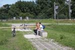Betonnen bank om uit te rusten naast fietssnelweg|parkmeubilair beton