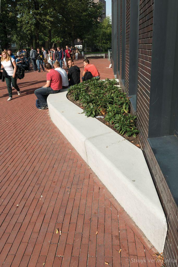 Solid zitelement schegstuk de rooi pannen in eindhoven buitenterrein school