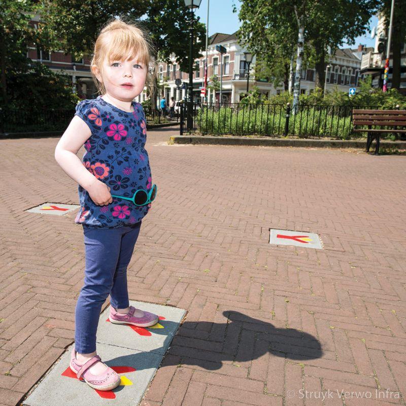 Kleurrijke symbooltegels op straat speelse betontegels