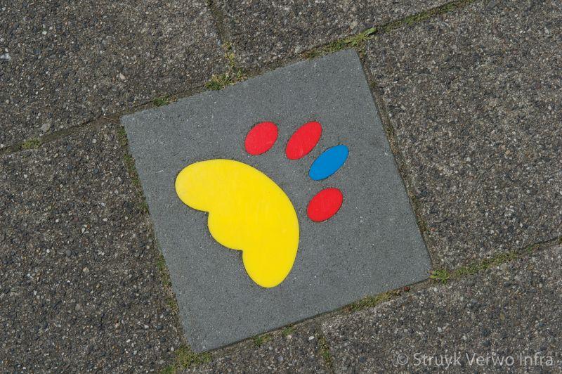 Kleurrijke symbooltegels in de stoep kindvriendelijke schoolroute