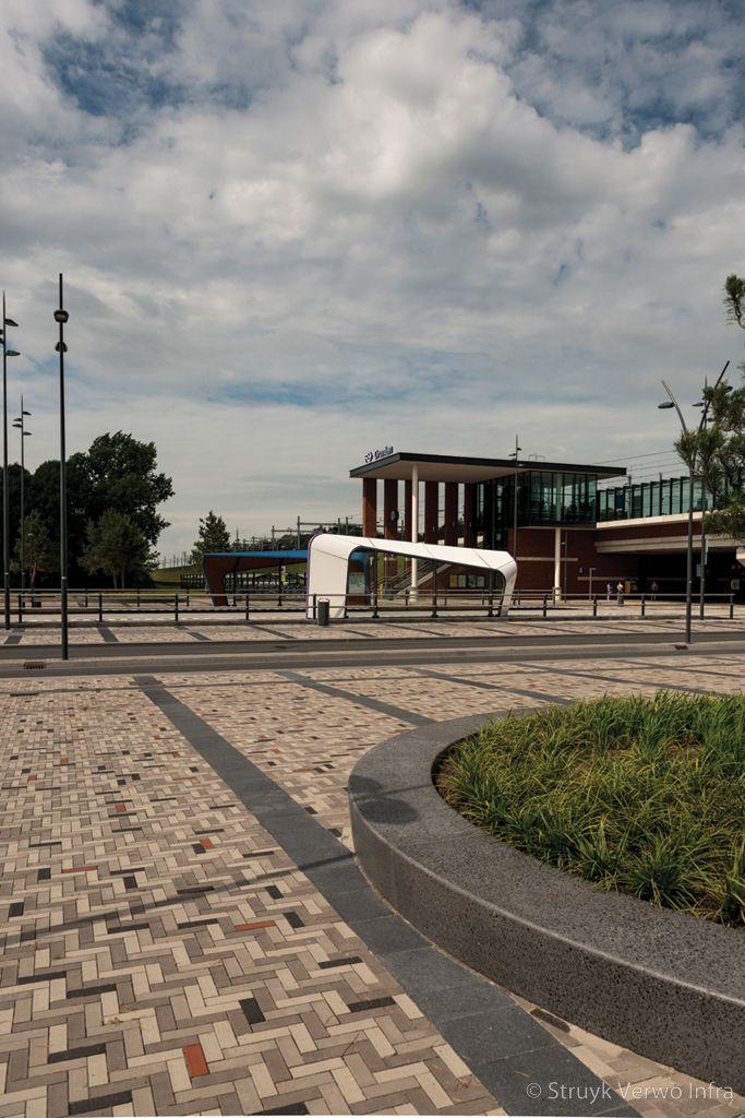 Betonnen zitranden parkbanden ns station dronten noord gepolijst beton
