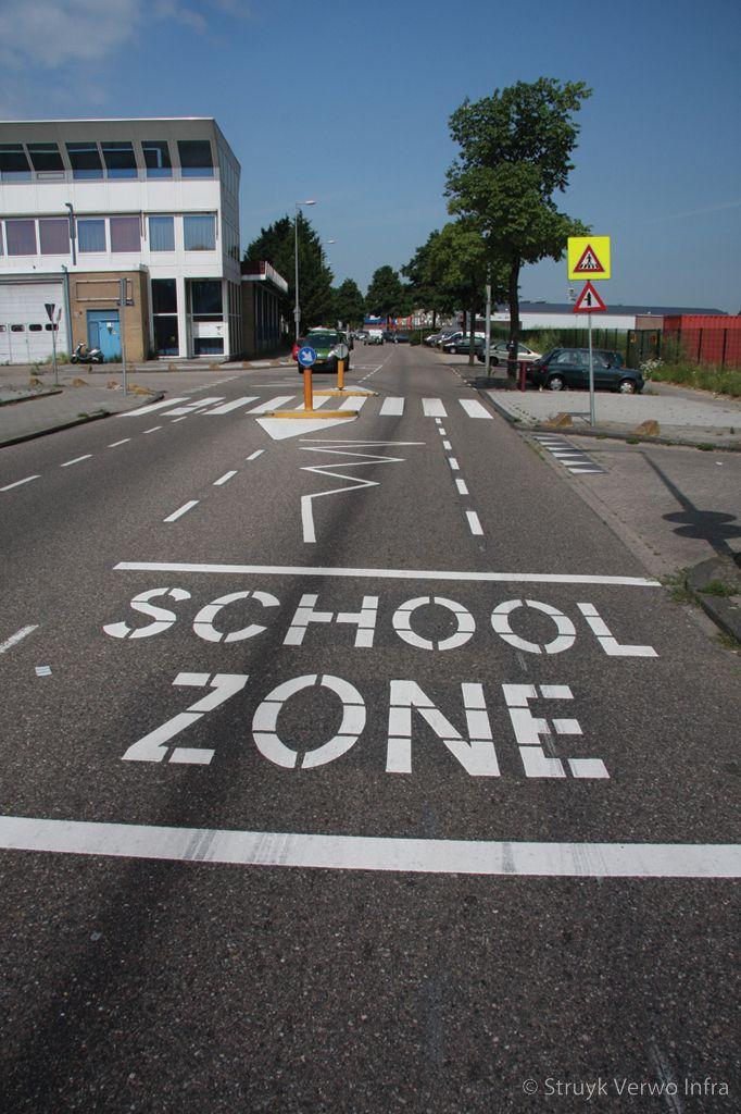 Zebrapad bij school schoolzone