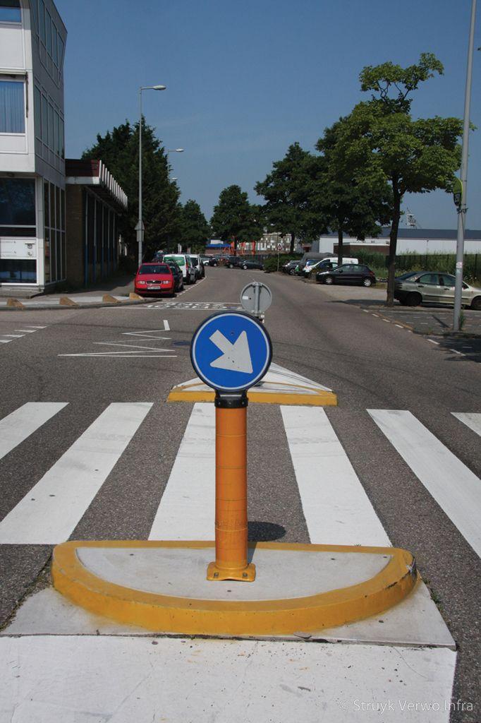 Zebrapad bij school verkeerseiland