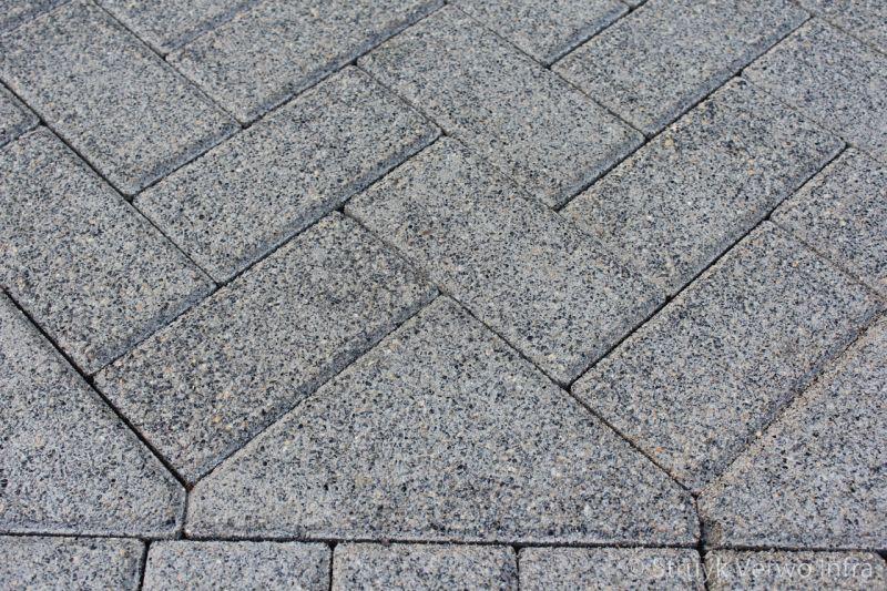 Machinaal pakket in elleboogverband met bisschopsmuts betonstraatstenen 21x10 5