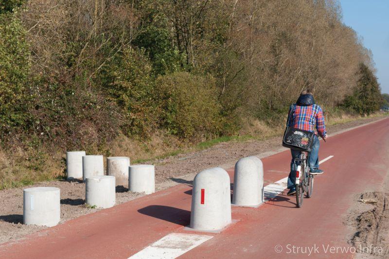 Stootblok rond sierpoef rond betonnen elementen voor fietssluis
