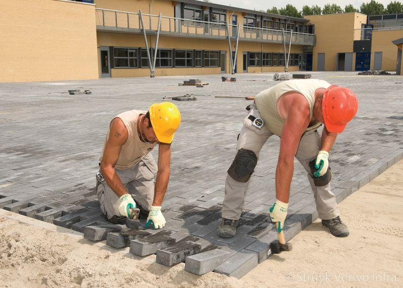 Betonstraatsteen 33x11 aanleg schoolplein zonnedauwlaan kudelstaart novato nero glisando mechanisch verwerken bestratingsklem betonstraatstenen