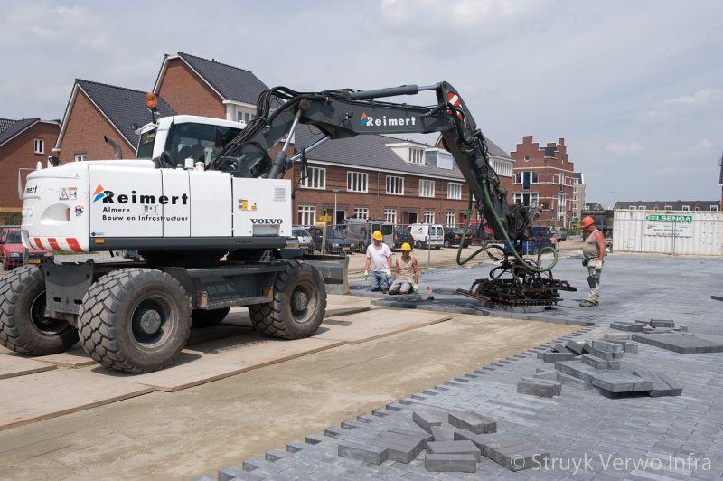 Aanleg schoolplein zonnedauwlaan kudelstaart novato nero glisando mechanisch verwerken bestratingsklem betonstraatstenen