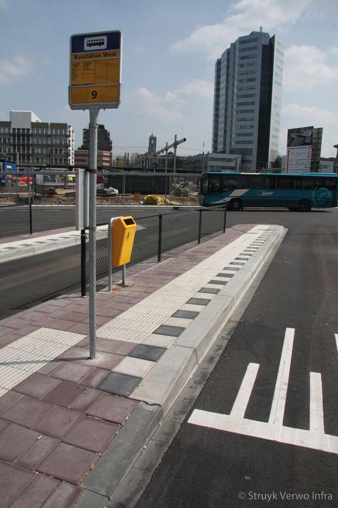 Inrichting bushalte geleidelijntegel hov band noppenmarkeringstegel