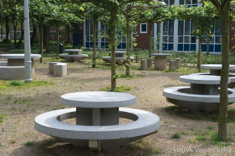 Betonnen picknickset met zitrand rond in het postzegelpark betonnen parkmeubilair