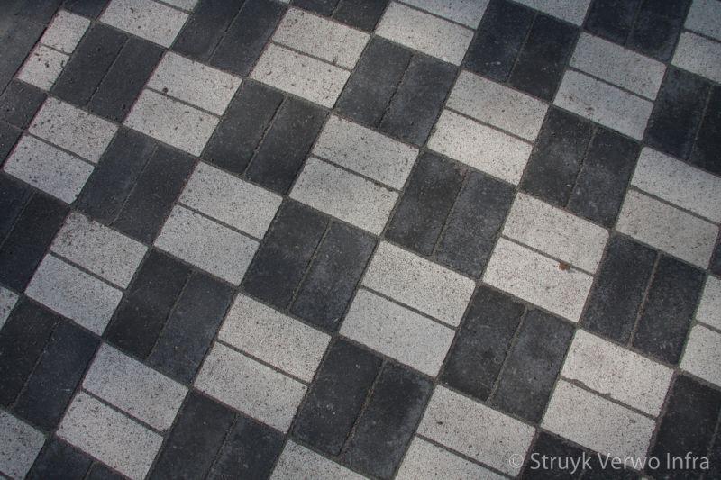 Kruispunt met vri onkruidvrije bestrating in wit en zwarte blokken