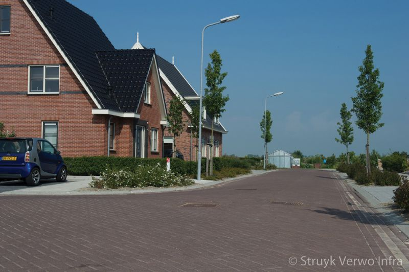 Bruine bestrating uitgewassen in nieuwbouwwijk bestrating erftoegangsweg