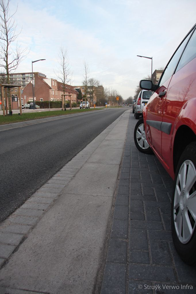 Optisch smalle rijbaan door brede trottoirbanden