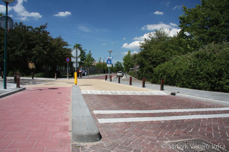 Verkeersplateau eenrichtingsverkeer perronband scheiding fietspad kruising
