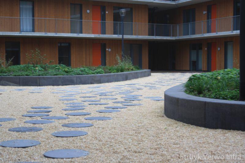 Zitranden beton in binnentuin zware opsluitbanden