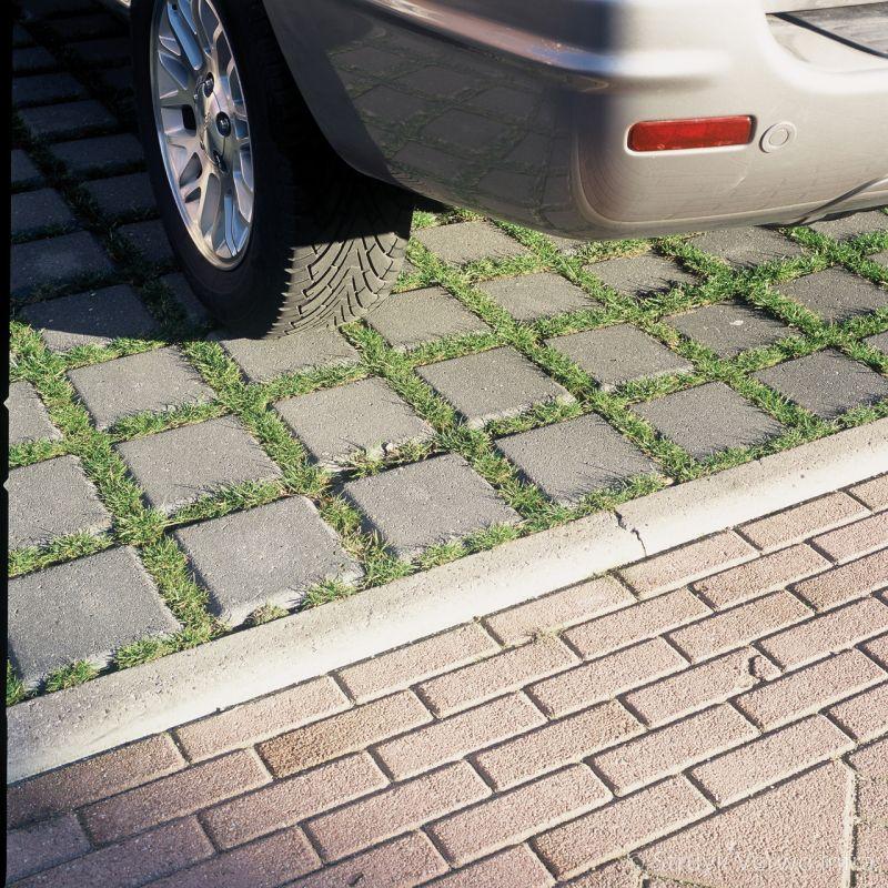 Groenstenen 25x25 op parkeerplaats grasstenen