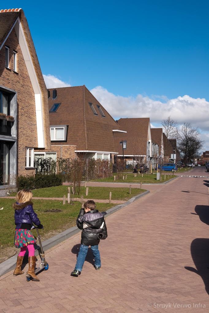 Spelende kinderen op bestrating lingeformaat woonwijk vathorst elementenverharding