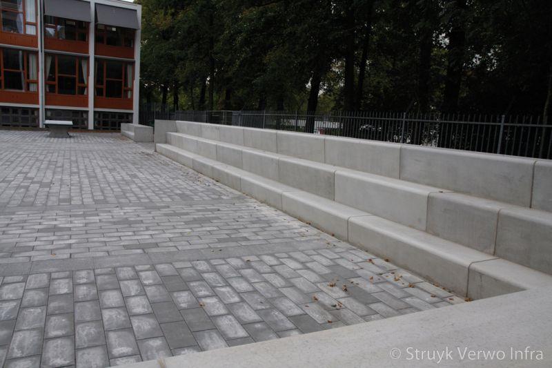 Betonnen zitelementen in de vorm van een tribune betonnen zitranden