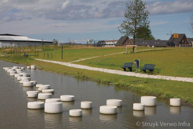 Sierpoefs in het water poef beton