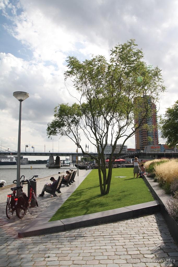Geslepen betonbanden antraciet banden langs het water leuvehaven rotterdam