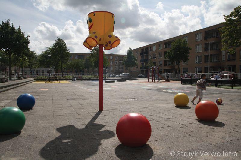 Sierbollen in diverse kleuren op schoolplein in rotterdam speelelementen beton
